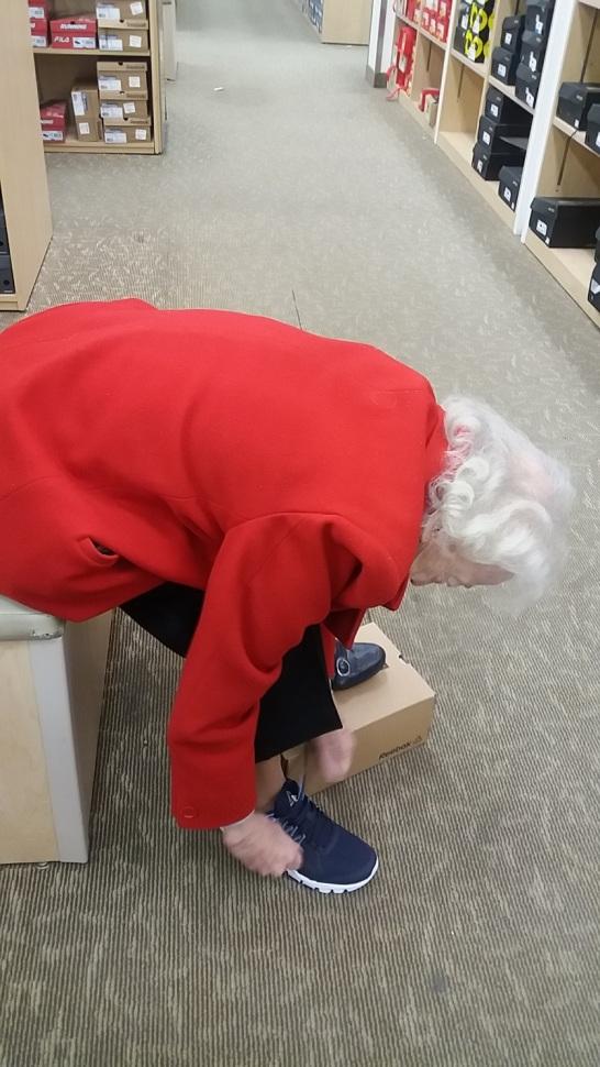 mom-shoe-shopping-122416
